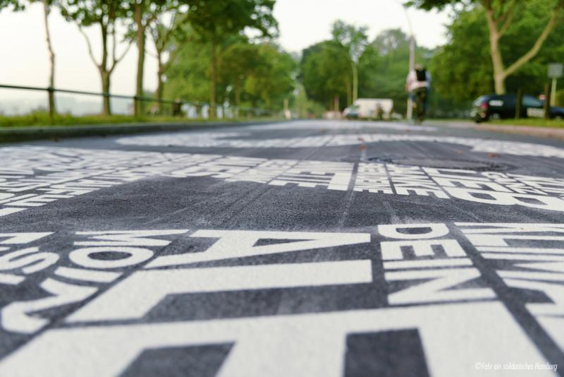 Ein Kunstwerk auf Hamburgs Straßen - Auf über 100 Metern am Alsterufer